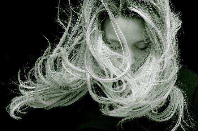 světlé vlasy