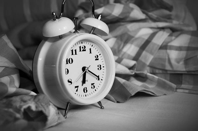budík a postel