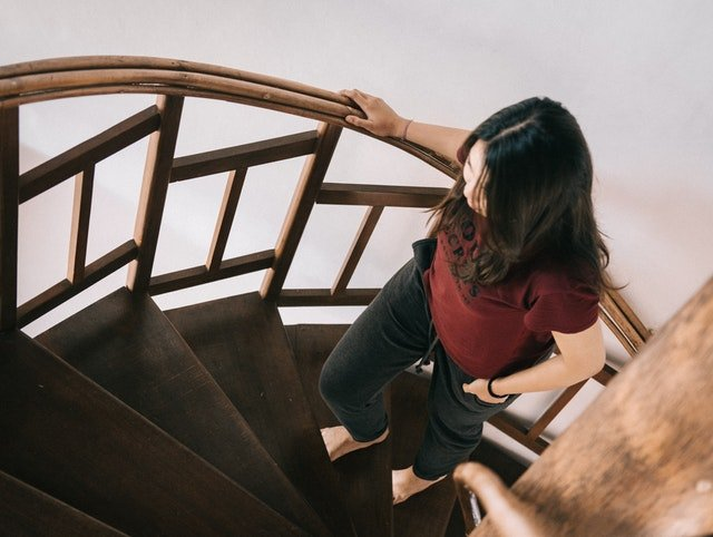 Žena ide hore schodmi.jpg