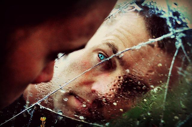 Muž hľadí do rozbitého zrkadla.jpg