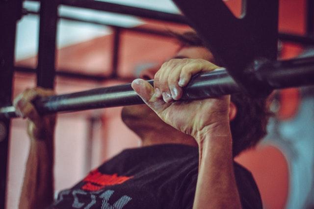 Fitness, muž cvičí zdvihy.jpg
