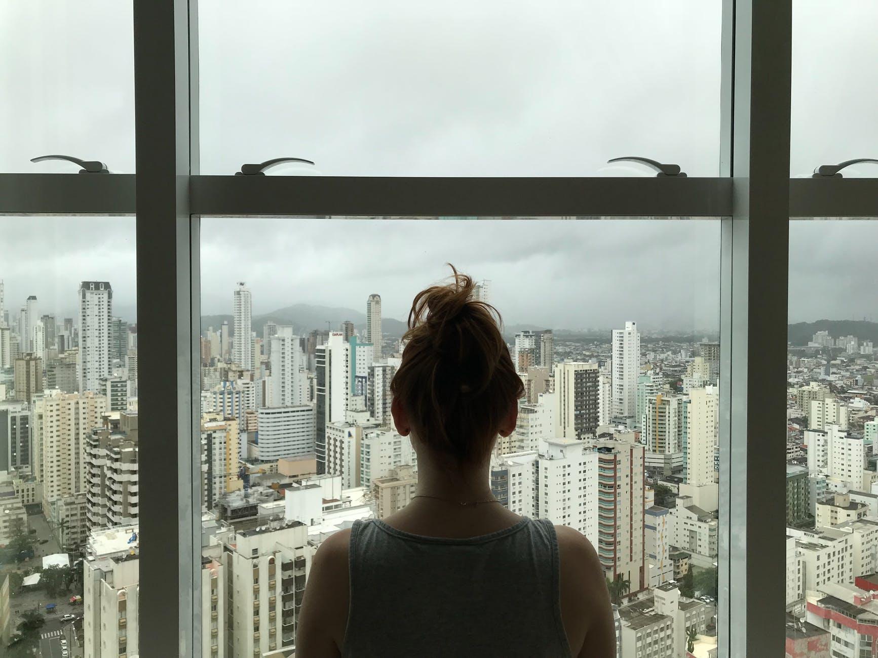 mesto, pohľad z okna